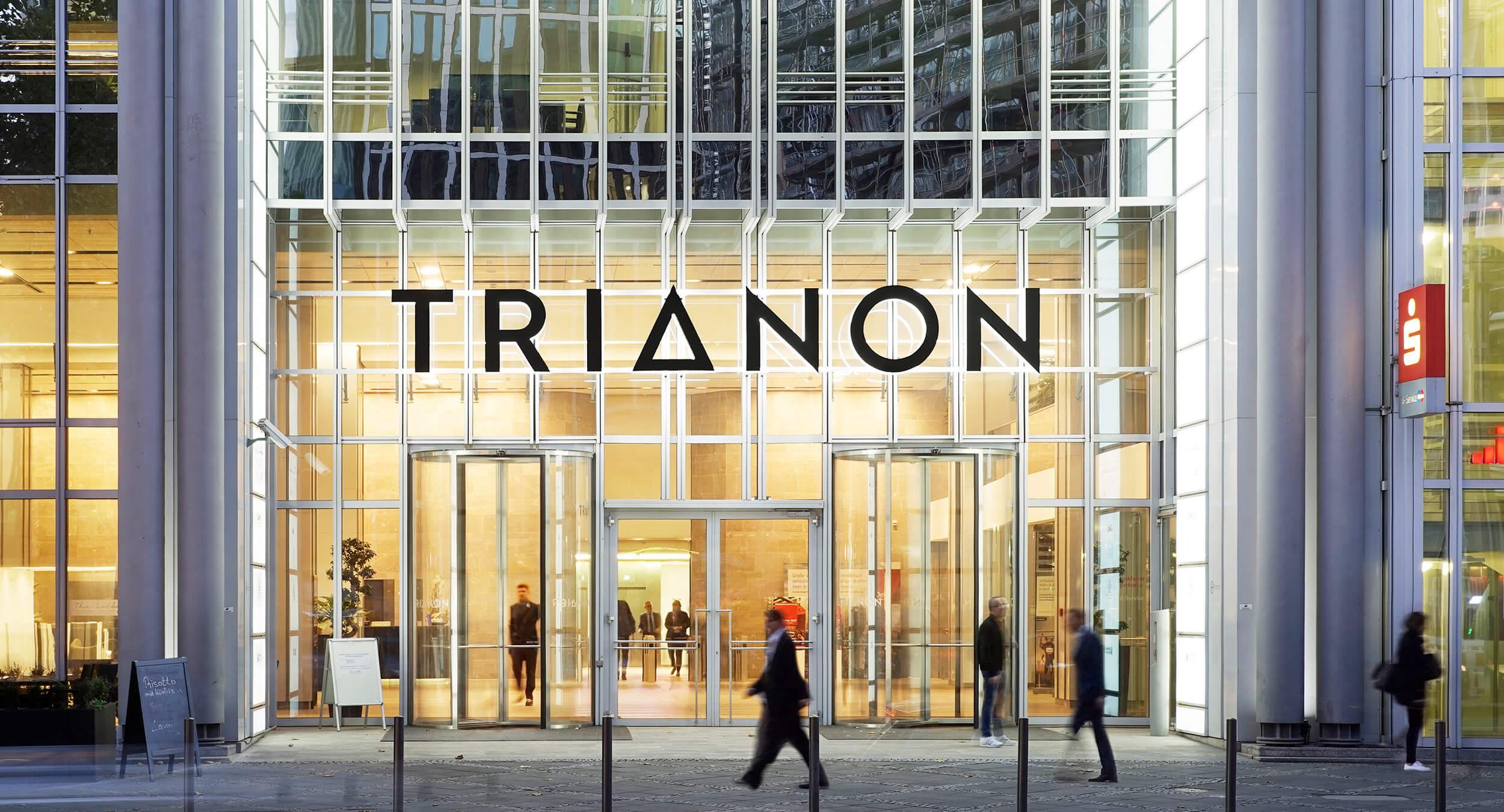 activ consult bringt neues Logo an Fassade des Hochhauses Trianon im Bankenviertel Frankfurt