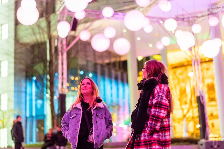 Lichinstallation für die Luminale - Junge Besucher