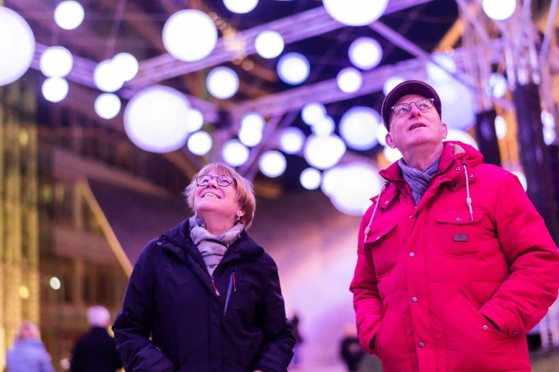 Lichinstallation für die Luminale - Besucher Paar