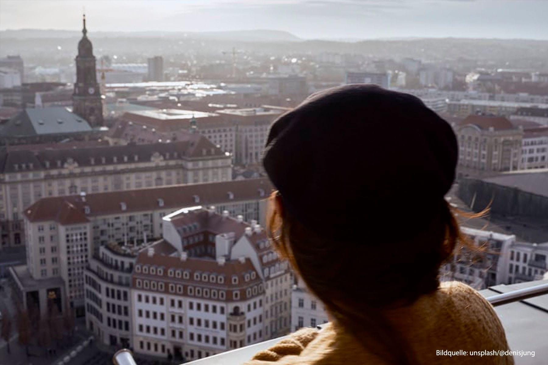 Einzelhandelskonzept Hoym CG Gruppe Person blickt über Dresden