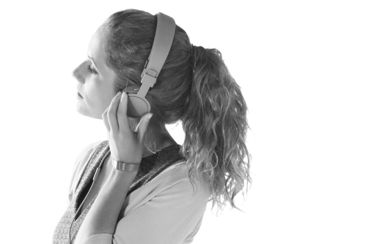 Branding Campaign ONE by CA Immo People Woman with Headphones